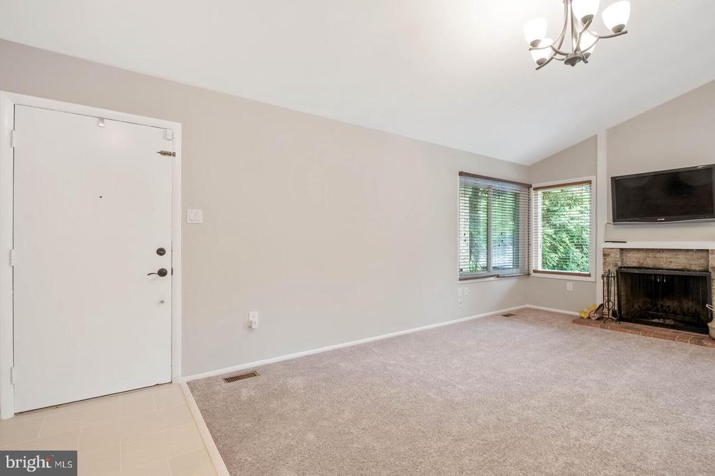 Entry/Living Room - 25 RUNNING BROOK LN, STERLING