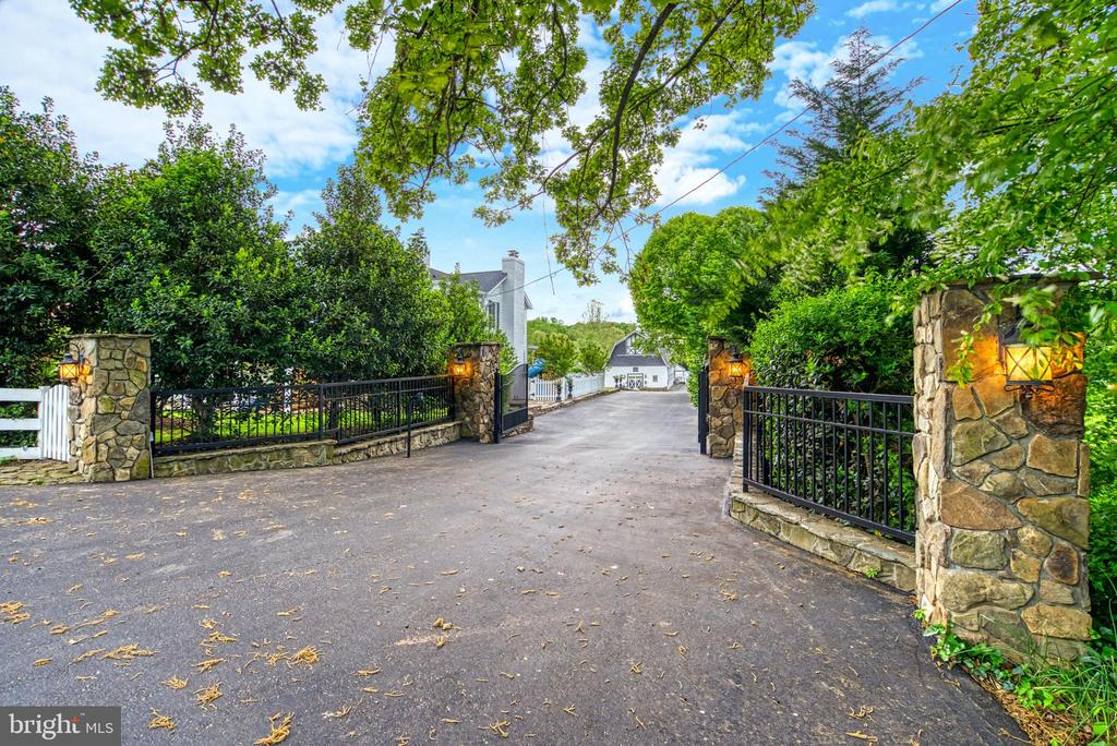 Gated entry and exit on a paved circular driveway - 7500 CLIFTON RD, CLIFTON