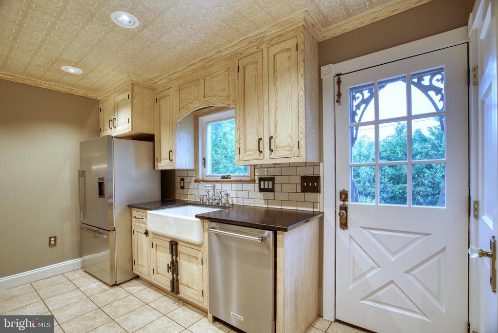 Fisher&Paykel fridge, farm sink, KitchenAid d/w. - 7500 CLIFTON RD, CLIFTON