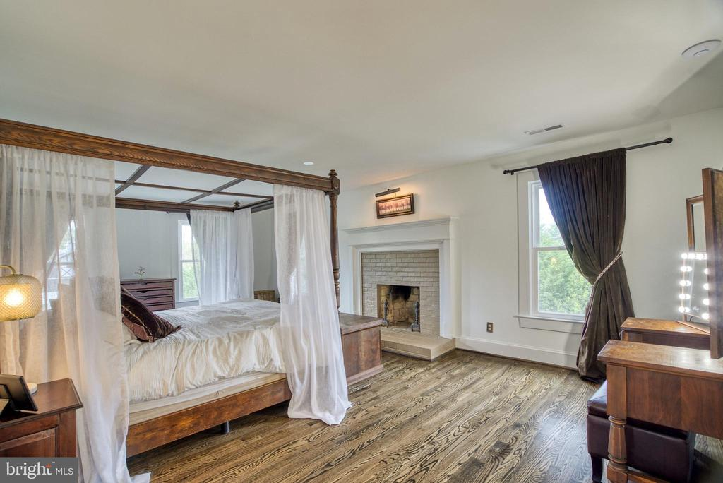 Master retreat with wood-burning fireplace - 7500 CLIFTON RD, CLIFTON