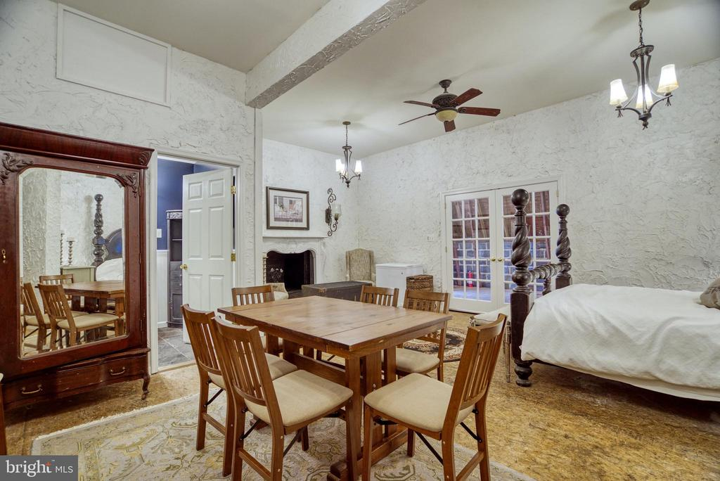 Guest suite with ceiling fan and  chandeliers - 7500 CLIFTON RD, CLIFTON