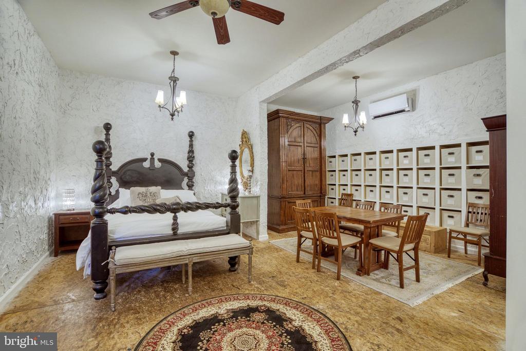 Guest suite with full en-suite. Built-in cubbies - 7500 CLIFTON RD, CLIFTON