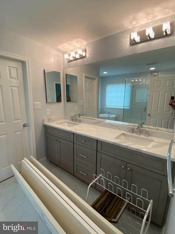 Owner's bath... (in middle of carpet job!) - 21606 GOODWIN CT, BROADLANDS