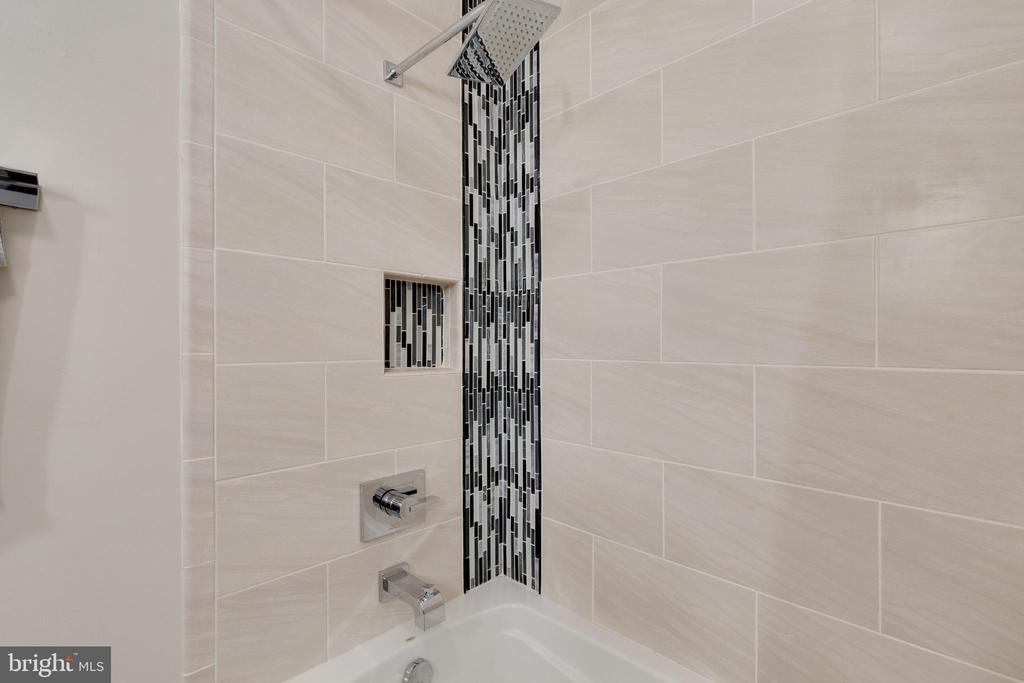 Hall Bath with lovely Tile - 5068 COLERIDGE DR, FAIRFAX
