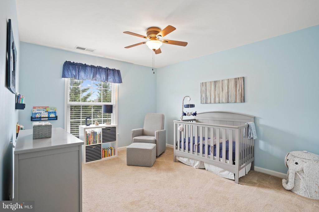 Spacious secondary bedroom! - 41959 ZIRCON DR, ALDIE