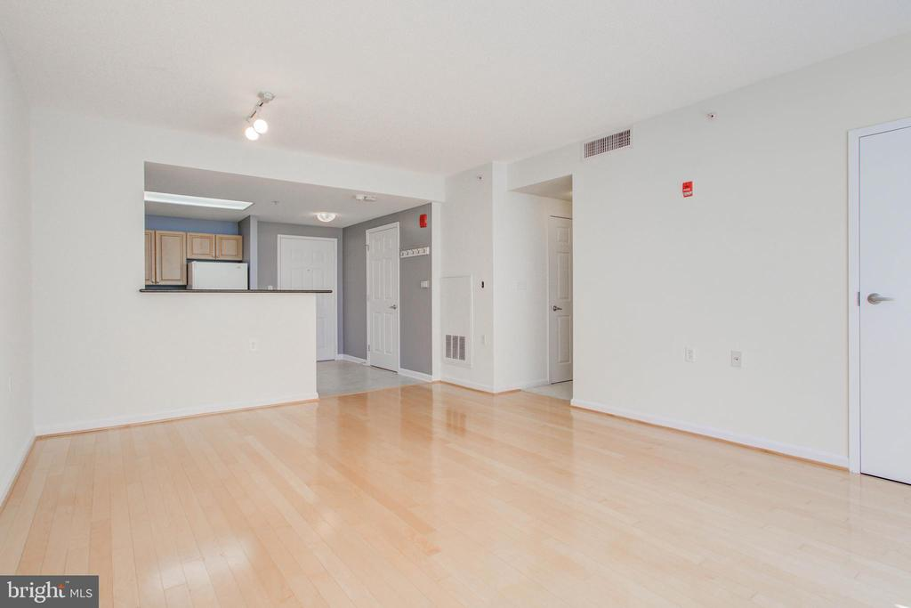 Hardwood floors, freshly painted - 2726 GALLOWS RD #201, VIENNA