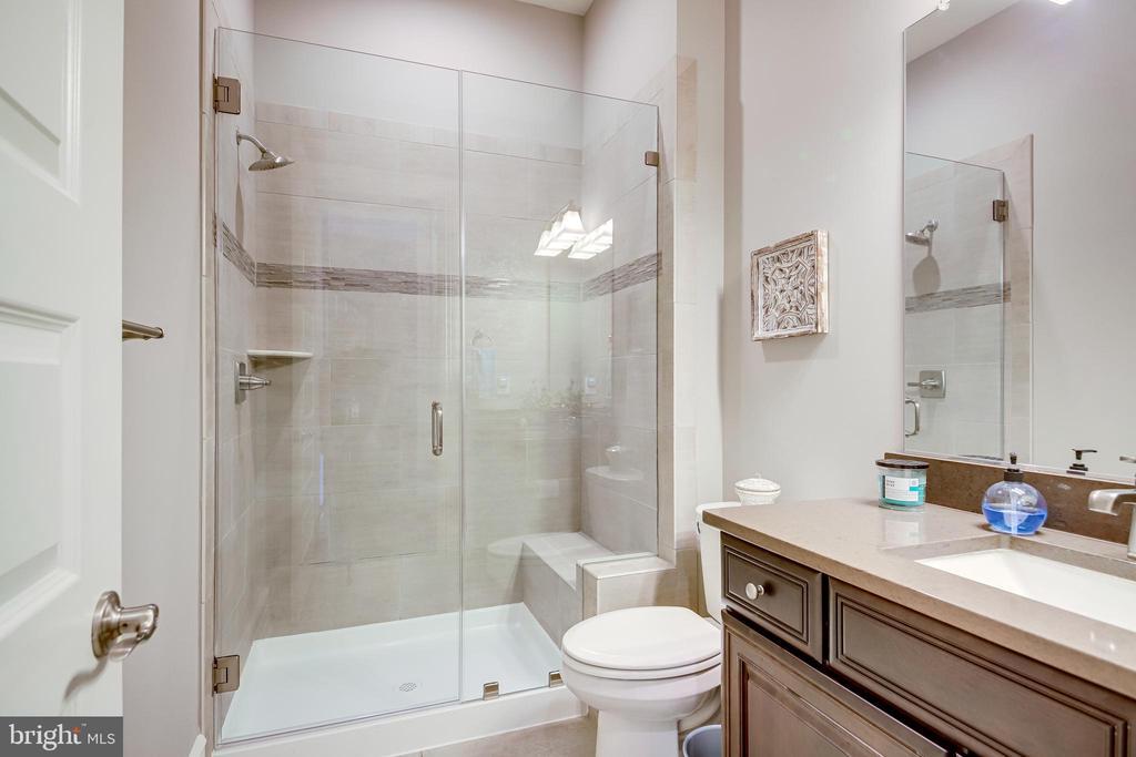 Main Level Bath - 41062 LYNDALE WOODS DR, ALDIE