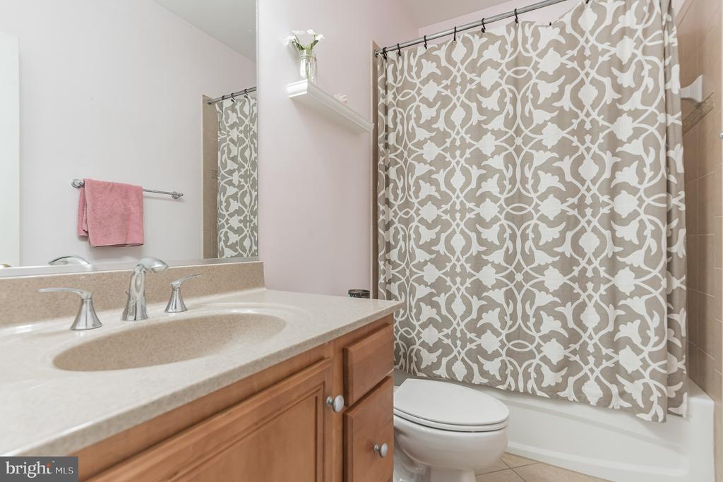 One of the private bathrooms - 147 STEFANIGA FARMS DR, STAFFORD