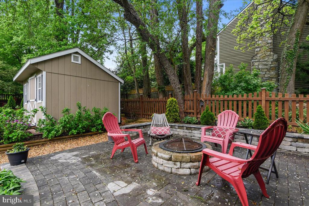 Paver patio with fire pit - 119 WOODBERRY RD NE, LEESBURG
