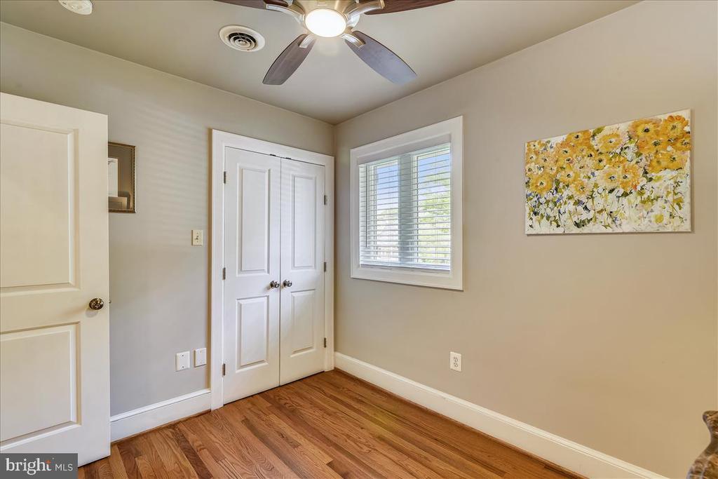 Hardwoods, ceiling fan in 3rd main level bedroom - 119 WOODBERRY RD NE, LEESBURG