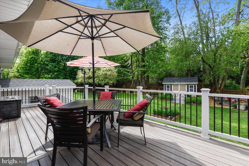 Fabulous trex deck looks onto gorgeous back yard - 119 WOODBERRY RD NE, LEESBURG