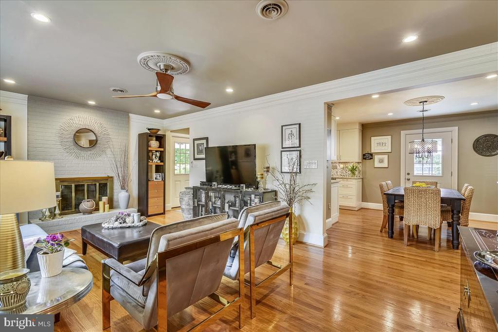 Updated lighting, ceiling fan; open to dining room - 119 WOODBERRY RD NE, LEESBURG