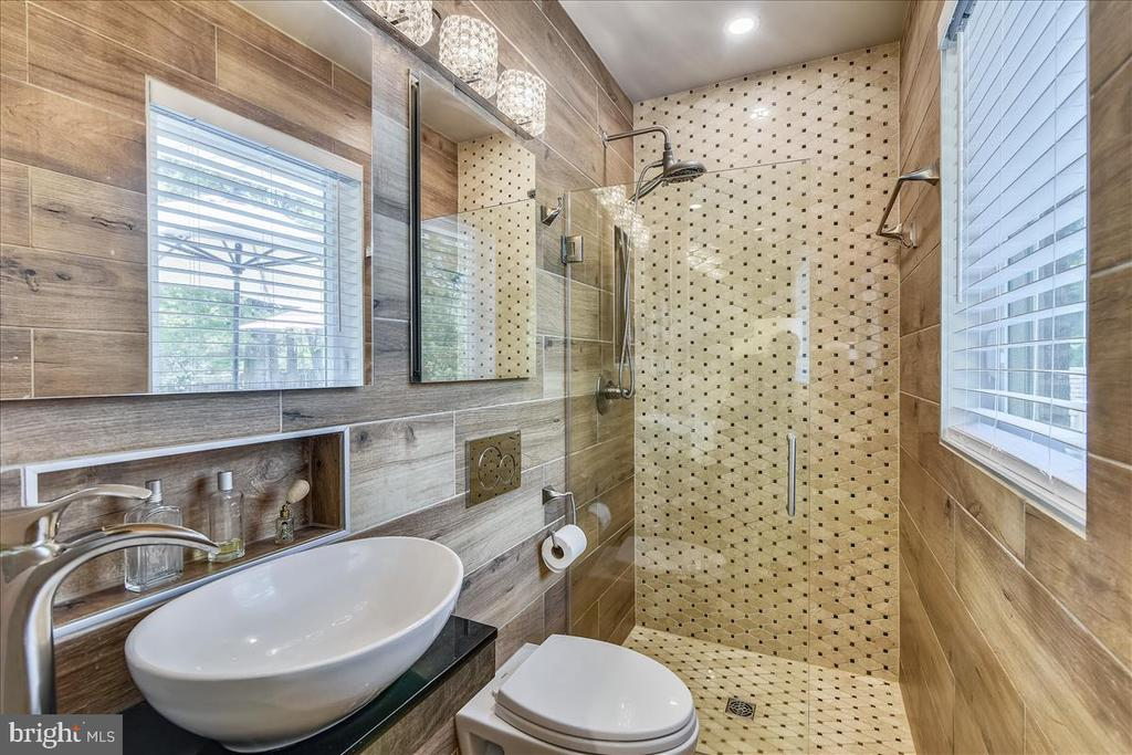 Gorgeous primary bath with all the special touches - 119 WOODBERRY RD NE, LEESBURG