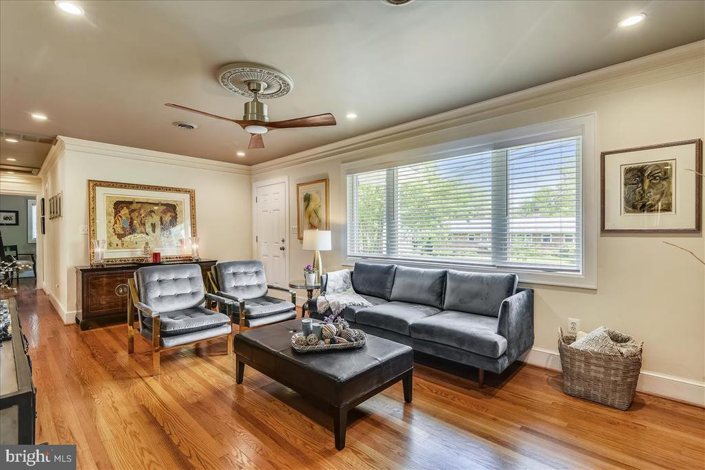 Large triple window lets in the natural light - 119 WOODBERRY RD NE, LEESBURG