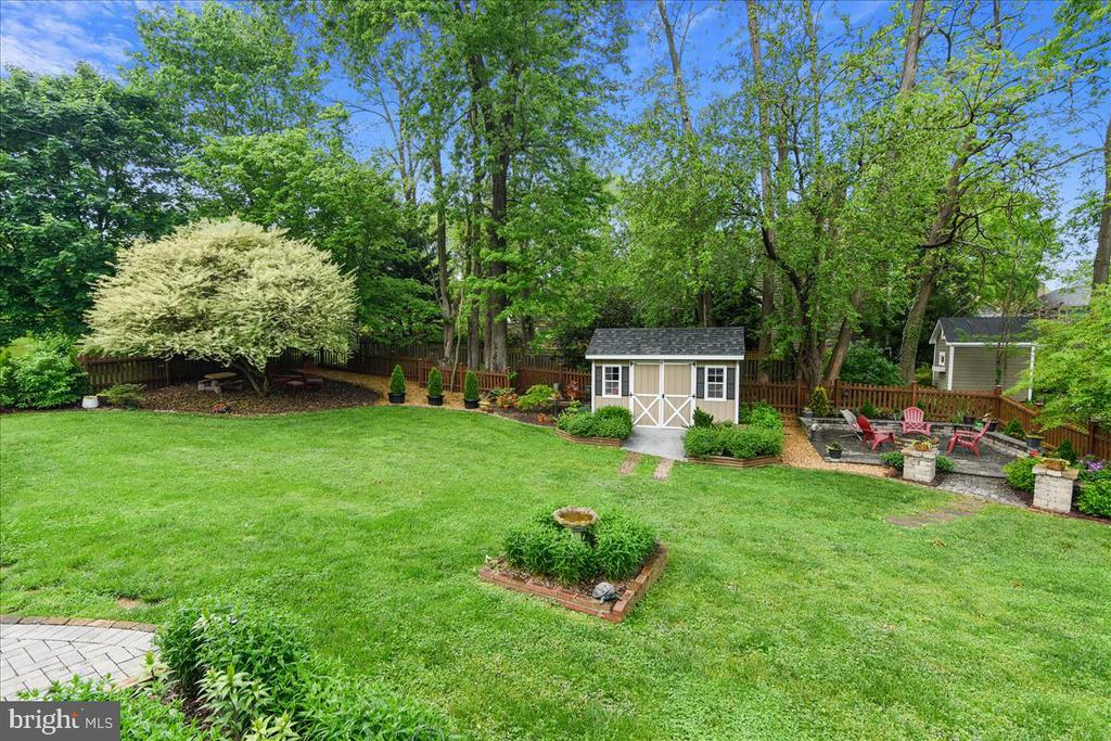 Large in town lot with expansive back yard - 119 WOODBERRY RD NE, LEESBURG