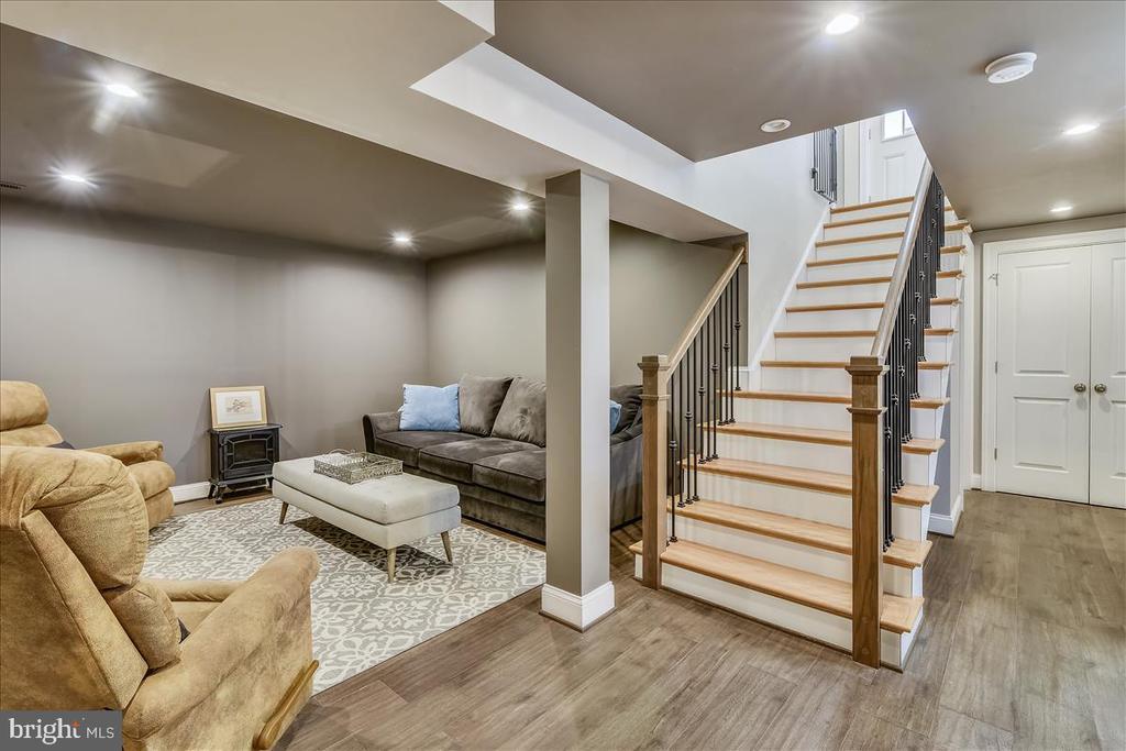 Hardwood stairs to lower level - 119 WOODBERRY RD NE, LEESBURG