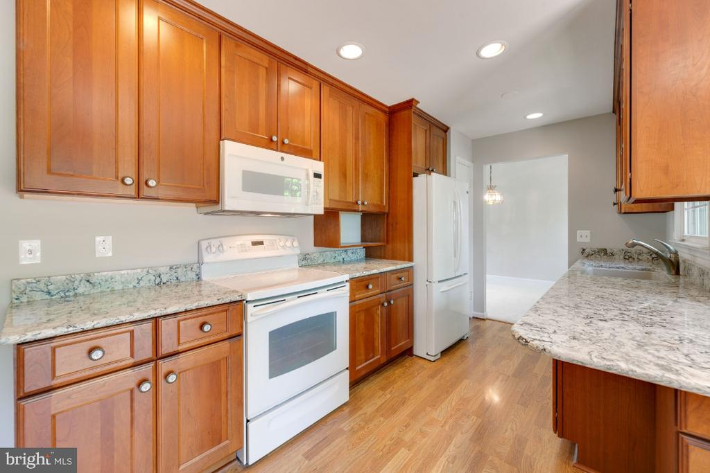 New cabinets, appliances and granite - 13406 PARCHER AVE, HERNDON