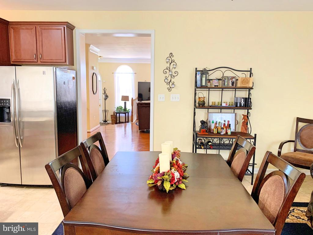 Family Room off gourmet kitchen - 25216 WHIPPOORWILL TER, CHANTILLY