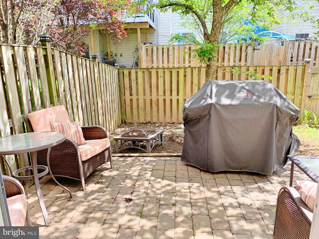 Fully fenced-in yard with a patio - 25216 WHIPPOORWILL TER, CHANTILLY