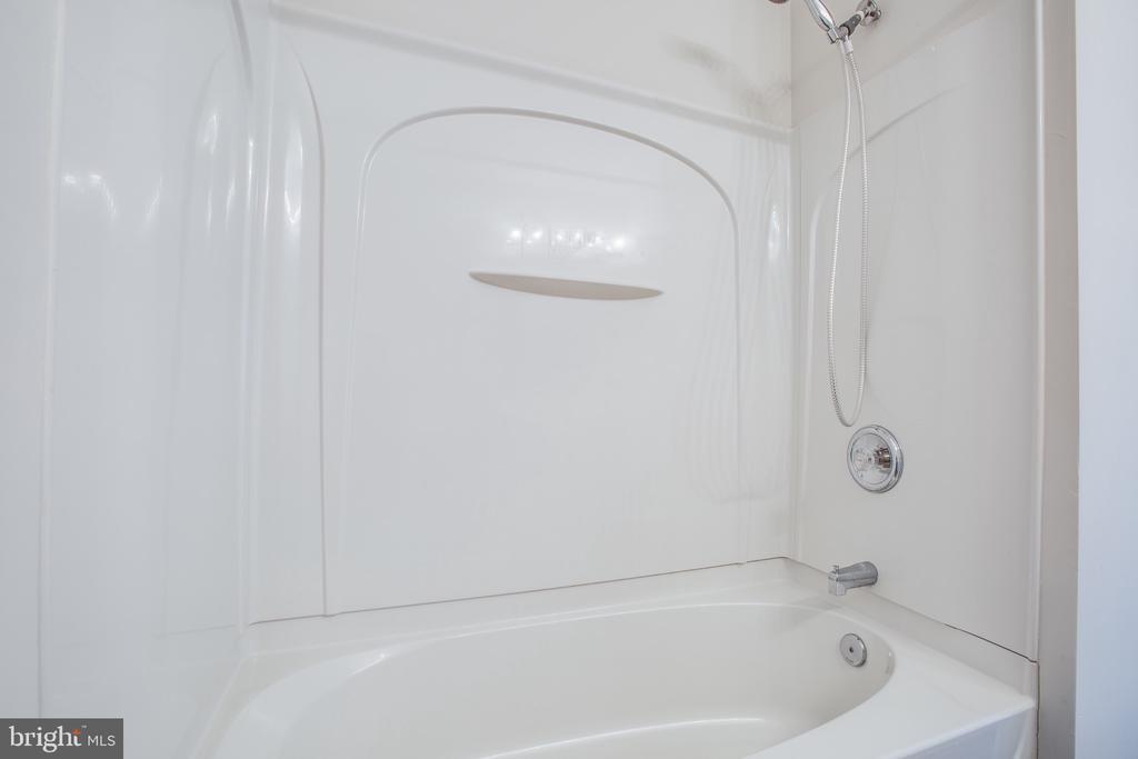 Hall Bath Shower/Tub Combo - 11317 WYTHEVILLE LN, FREDERICKSBURG