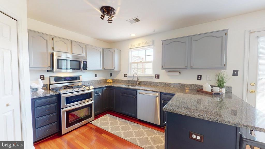 Kitchen with Granite Countertops - 210 GOLDEN LARCH TER NE, LEESBURG