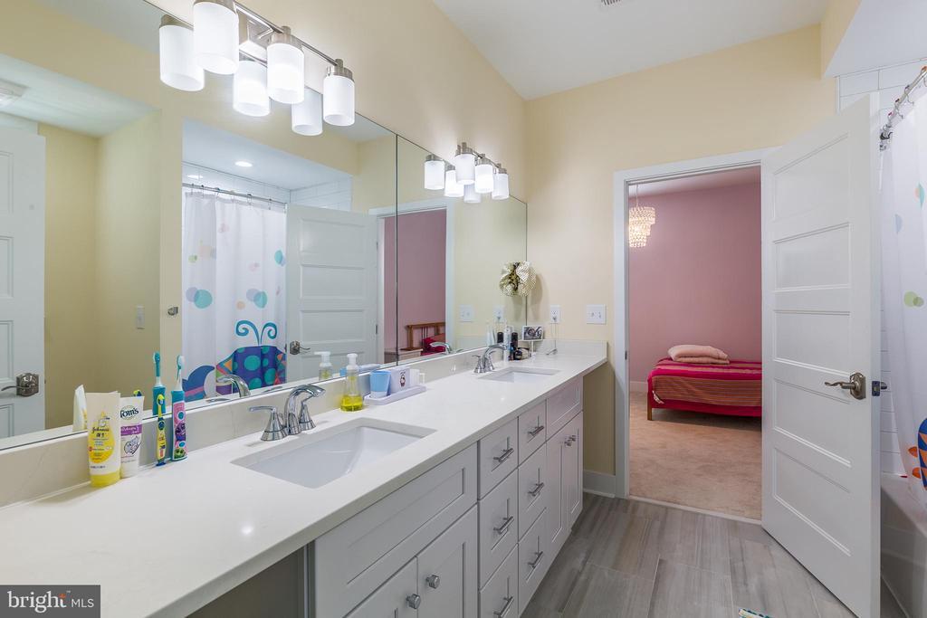 Large bath on upper level - 9064 ANDROMEDA DR, BURKE