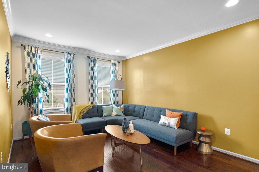 Living Room w/ lots of natural light - 23636 SAILFISH SQ, BRAMBLETON
