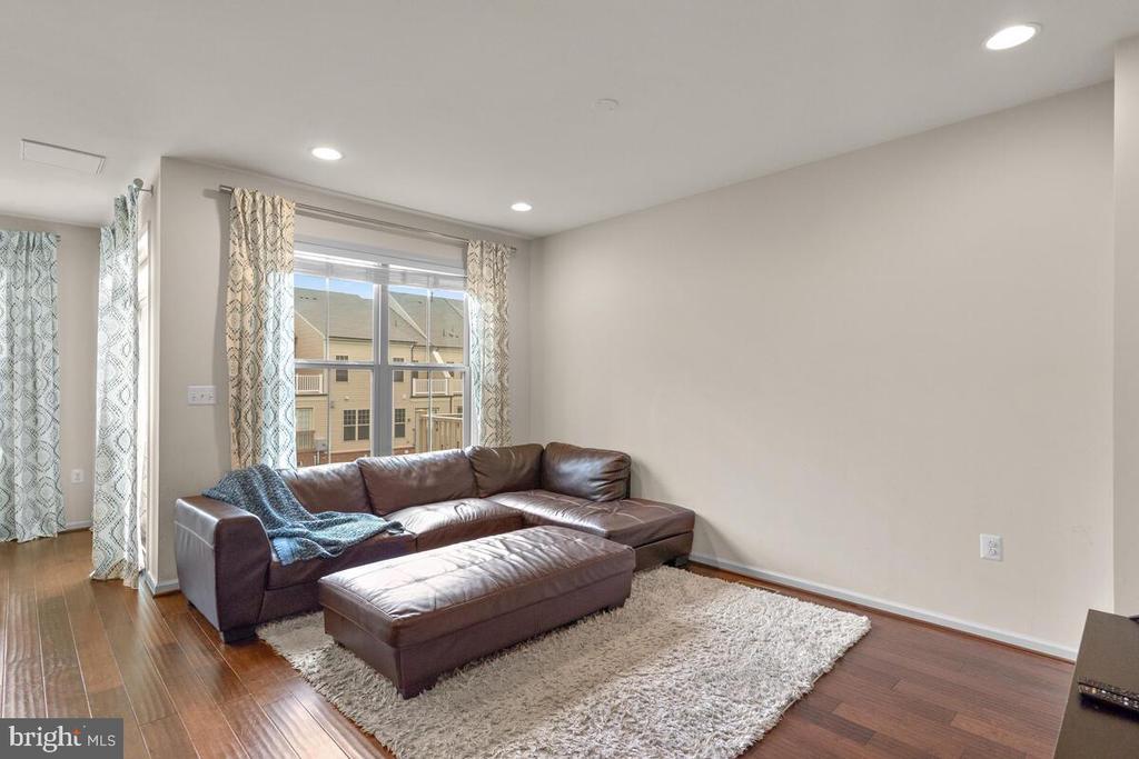 Large windows & recessed lighting - 23636 SAILFISH SQ, BRAMBLETON