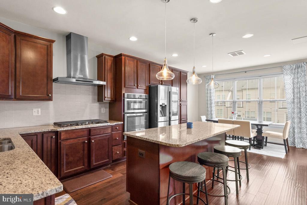 Cooktop, range hood & plenty of cabinets! - 23636 SAILFISH SQ, BRAMBLETON