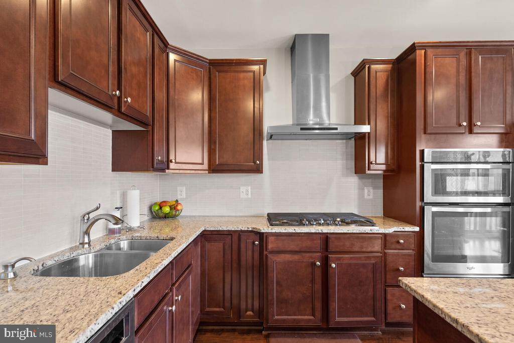 Granite countertops & plenty of counter space - 23636 SAILFISH SQ, BRAMBLETON