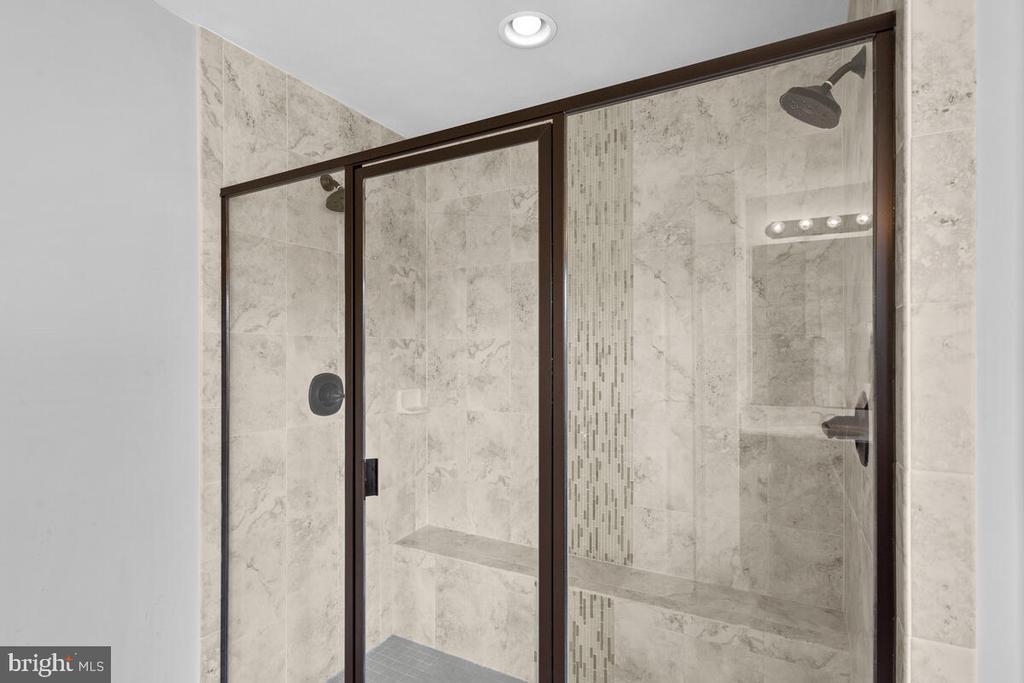 Walk-in tile shower w/ glass doors - 23636 SAILFISH SQ, BRAMBLETON