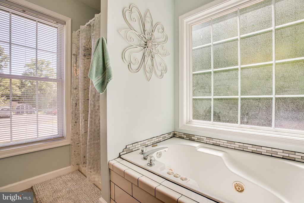 Separate soaking tub and stand alone shower! - 6300 TAVERNEER LN, SPOTSYLVANIA