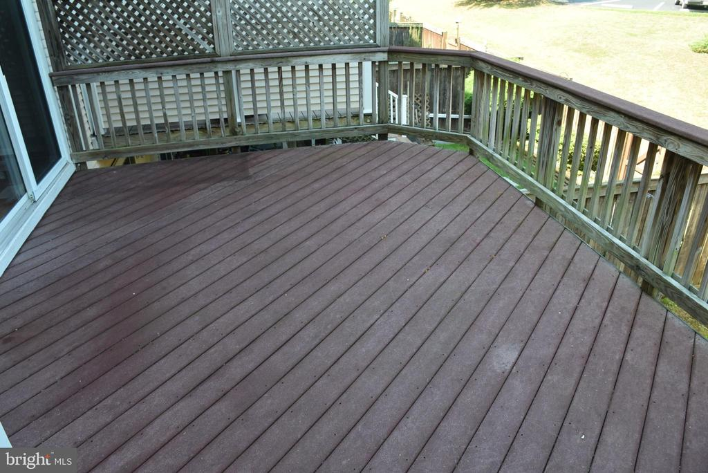 Maintenance Free Deck - 44188 MOSSY BROOK SQ, ASHBURN