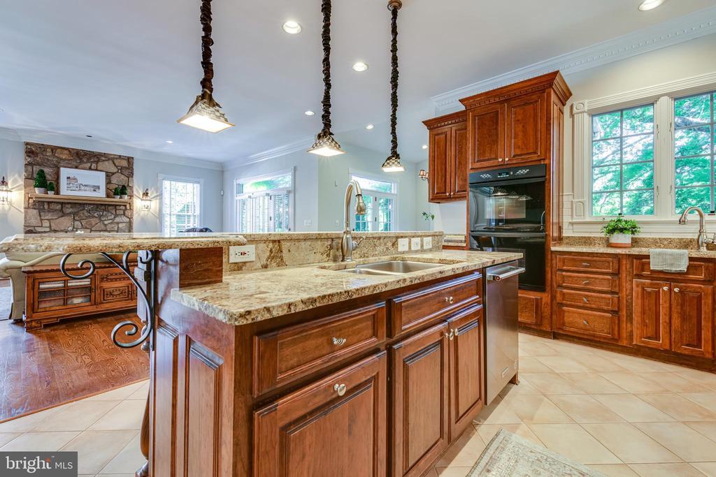 Gourmet kitchen w/ ample storage - 1904 MALLINSON WAY, ALEXANDRIA