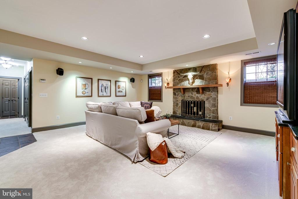 Family rm in lower level w/ stone wood-burning FP - 1904 MALLINSON WAY, ALEXANDRIA