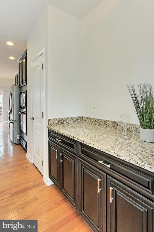 Butler's Pantry Offers Extra Storage and Function! - 42329 CAPITAL TER, CHANTILLY