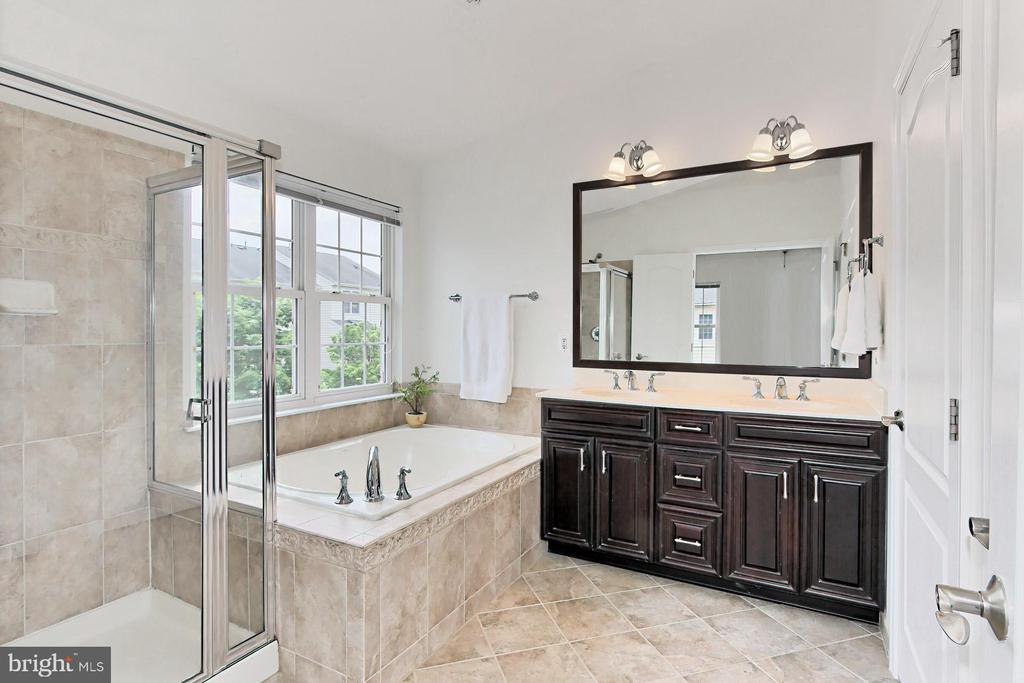 Luxurious Owners' Bathroom w/ Double Sinks - 42329 CAPITAL TER, CHANTILLY