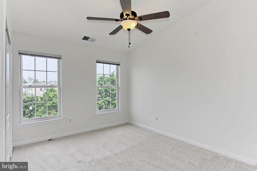 Bright Second Bedroom w/ New Carpet & Ceiling Fan - 42329 CAPITAL TER, CHANTILLY