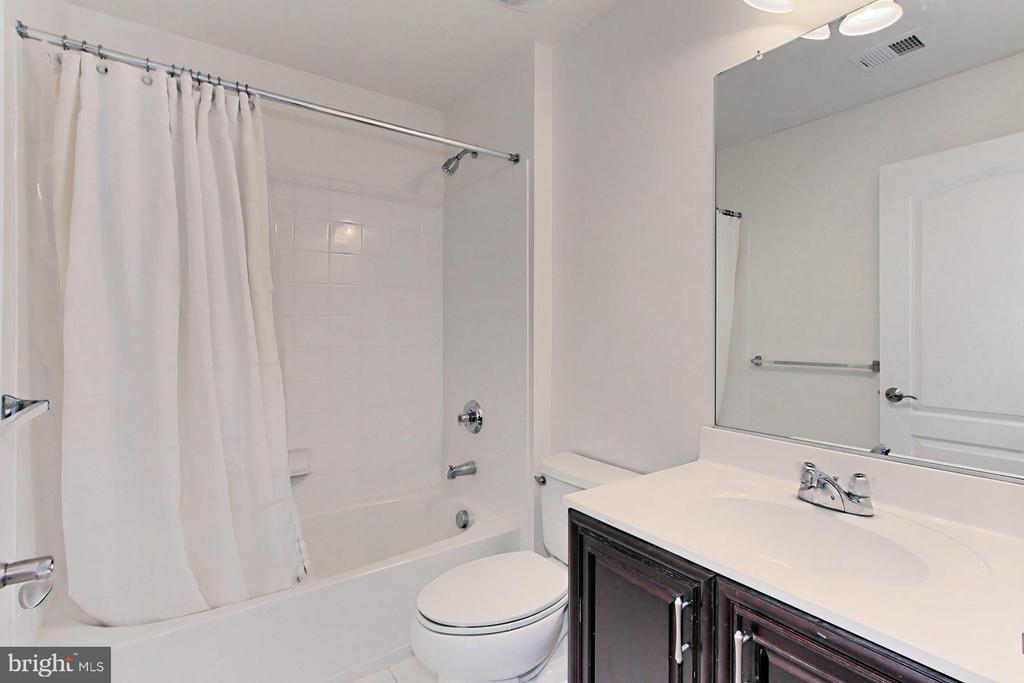 Upgraded Upper Hall Bathroom - 42329 CAPITAL TER, CHANTILLY