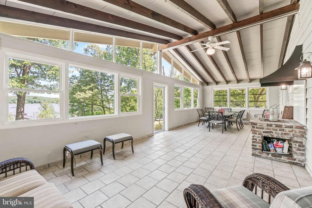 Exposed Beams - 5898 COVE HARBOUR, KING GEORGE