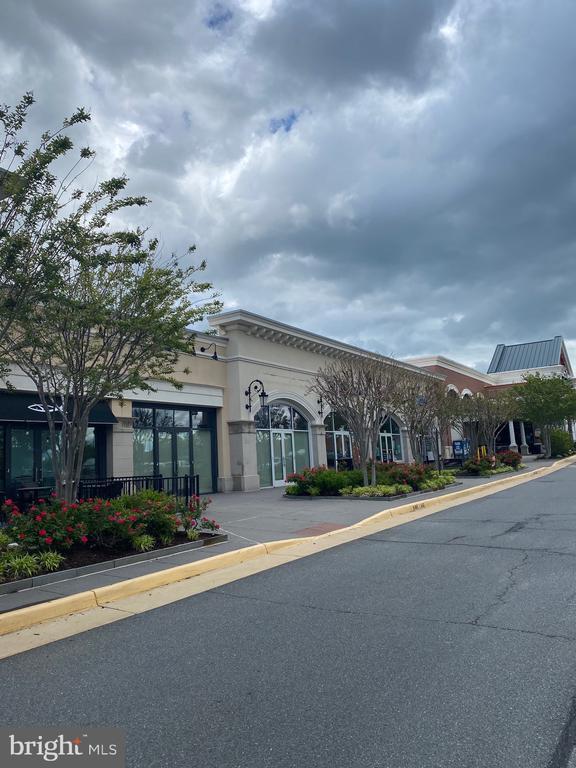 Shopping center. Walk distance - 20648 SIBBALD SQ, ASHBURN