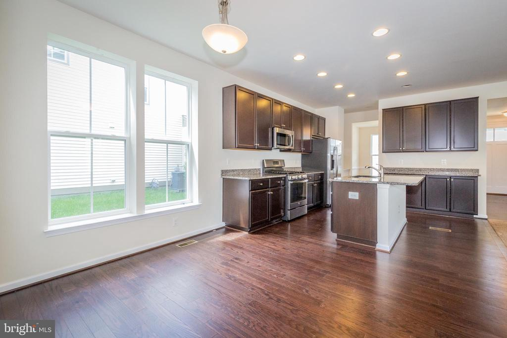Wood cabinets and granite countertops. - 502 APRICOT ST, STAFFORD