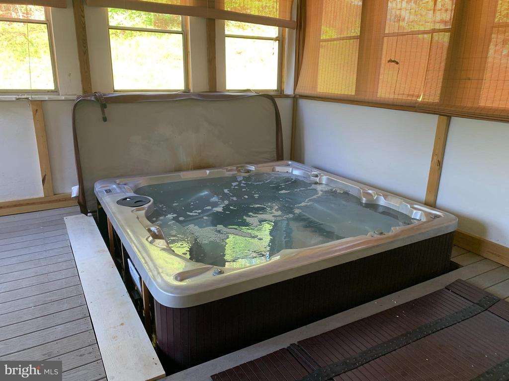 Hot tub in screened porch - 40 BLOSSOM WOOD CT, STAFFORD