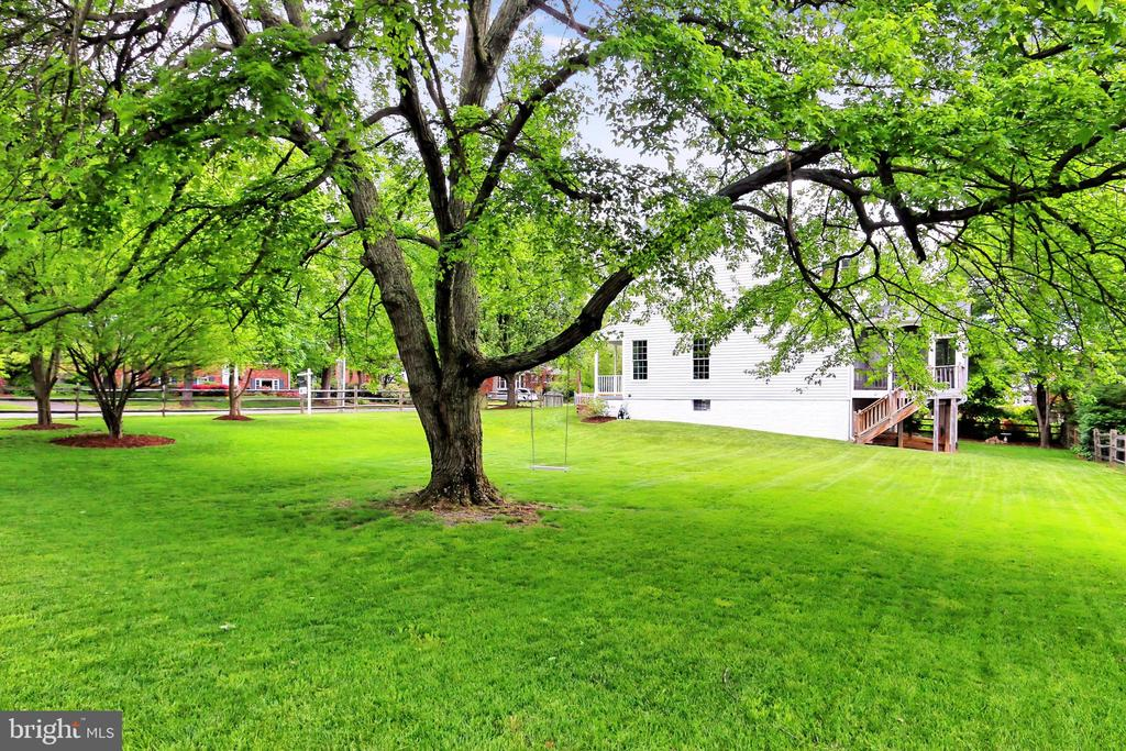 Spacious yard is completely fenced! - 508 DRANESVILLE RD, HERNDON
