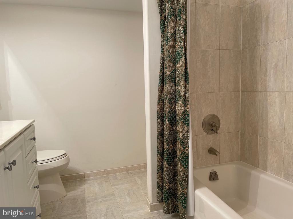 Lower level full bath - 126 N JAY ST, MIDDLEBURG