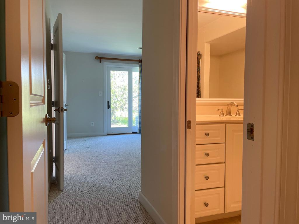 Private bath for lower level bedroom - 126 N JAY ST, MIDDLEBURG