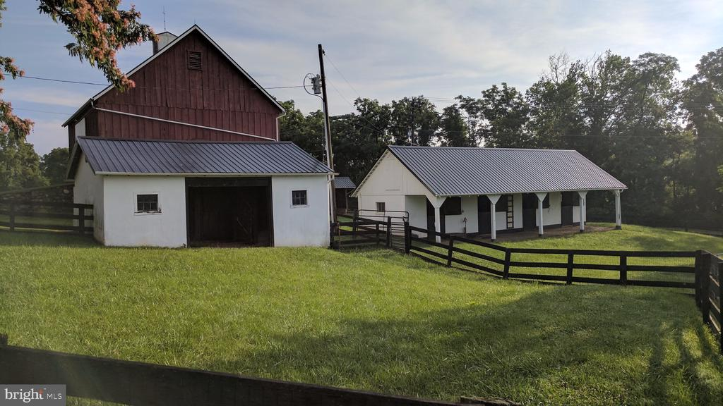 4 stall barn with run in shed - 20775 AIRMONT RD, BLUEMONT