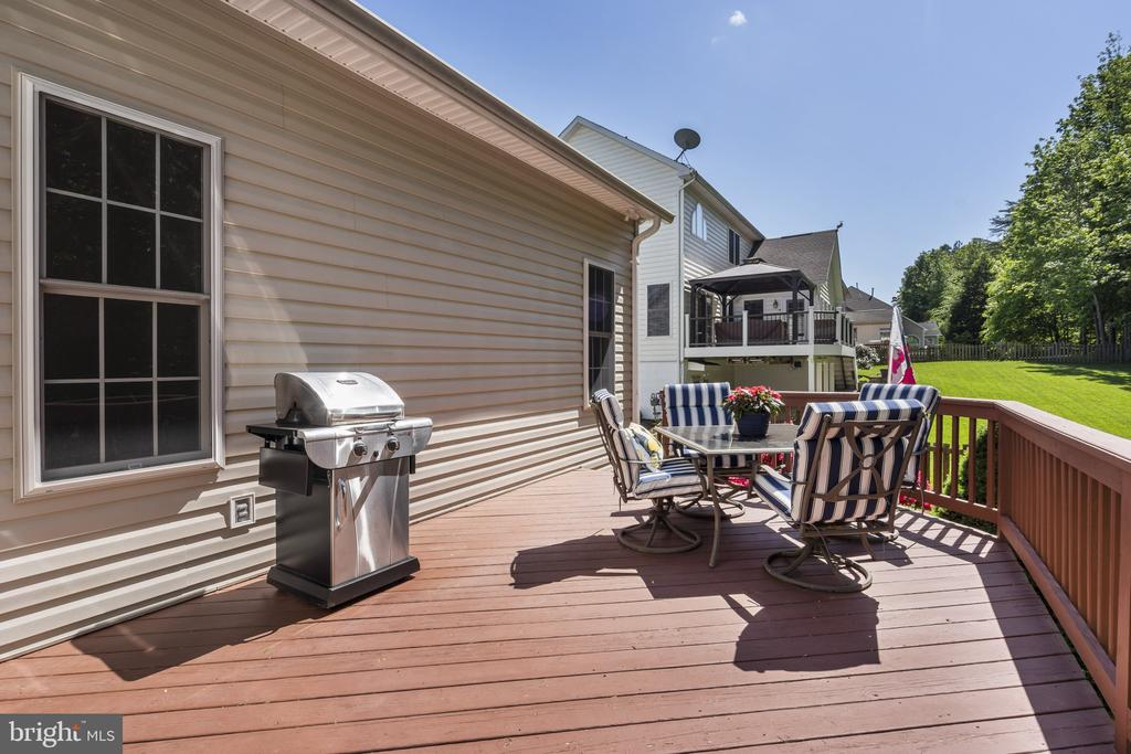 Large deck for entertaining - 13 LUDWELL LN, STAFFORD