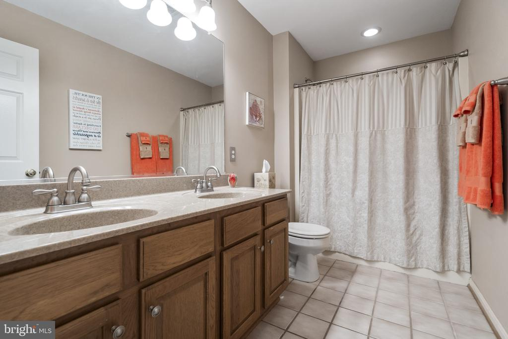 Dual vanity in upper level bath - 13 LUDWELL LN, STAFFORD
