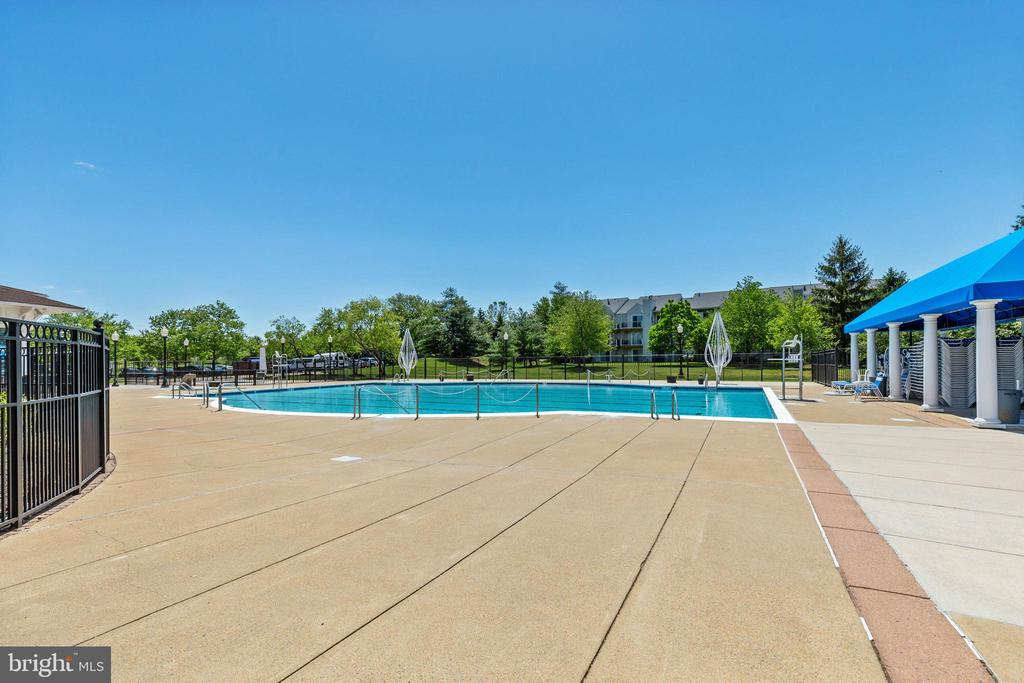 Multiple Outdoor Pools - 20576 SNOWSHOE SQ #101, ASHBURN